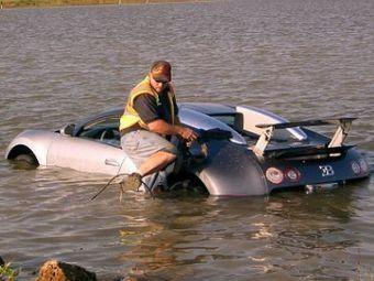 Картинки по запросу Bugatti Veyron прямо в озеро.
