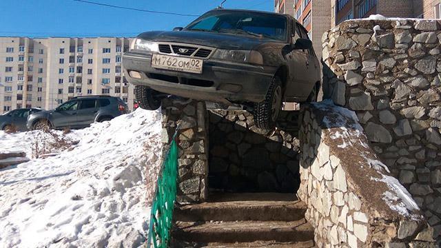 В Уфе водитель припарковался на перилах бетонной лестницы - 424410425 | ГТРК «Башкортостан»
