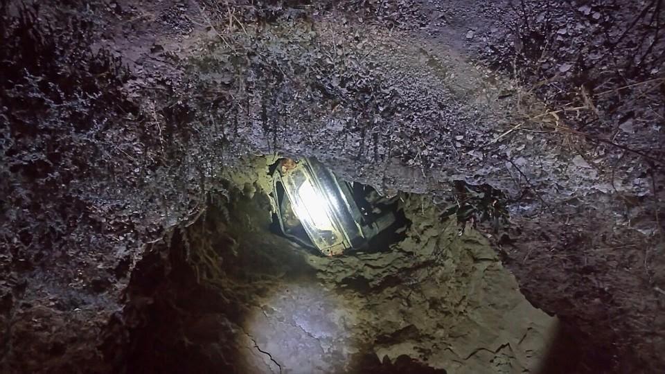 На мысе Тарханкут автомобиль сорвался с обрыва и завис над морем