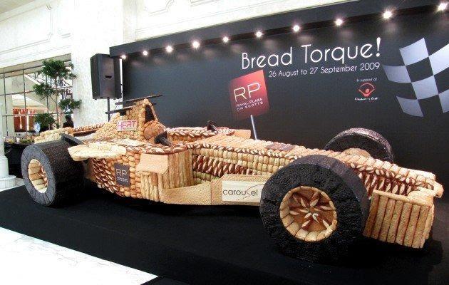 Poze Divertisment - Masina de F1 URIASA, confectionata din PAINE ...