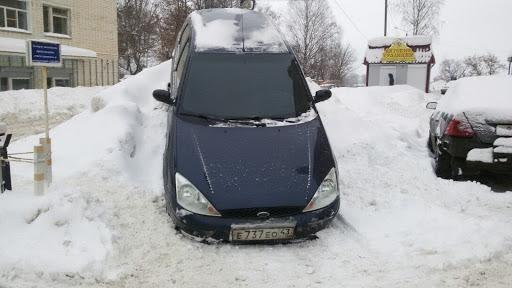Чудеса парковки: в Кирове водитель «Фокуса» заехал на сугроб ...