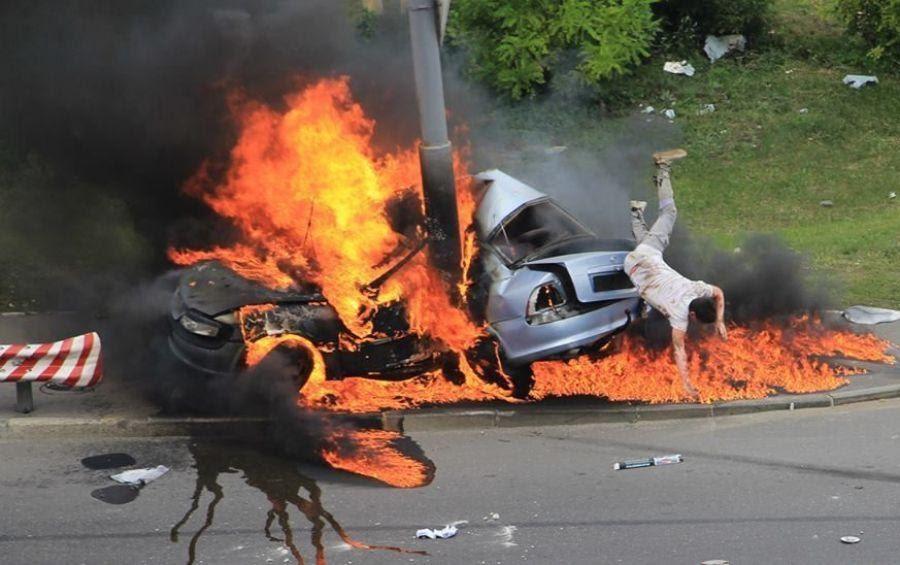 ДТП в Киеве: Водитель спасся, выпрыгнув из горящего авто - видео / НВ
