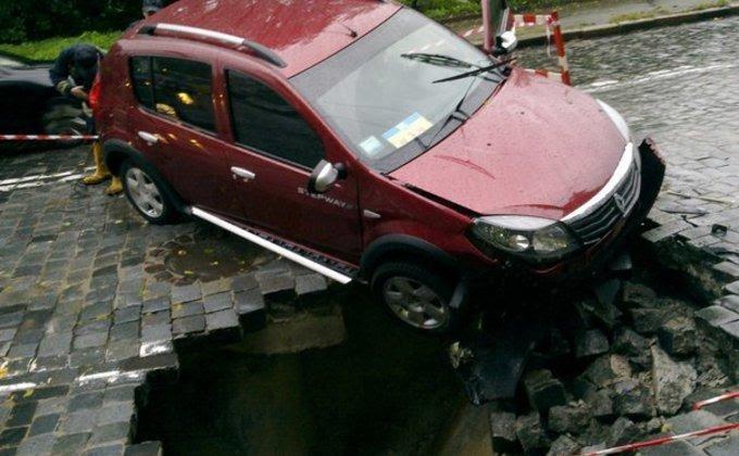 В Киеве машина едва не провалилась в яму на дороге: фото