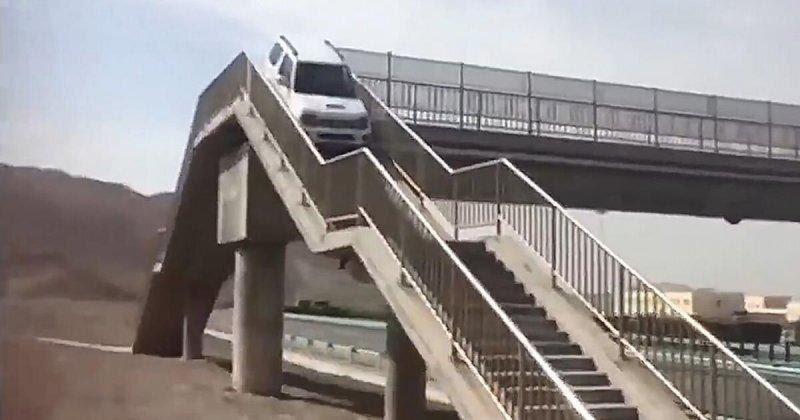Автомобилист из Китая попытался использовать надземный пешеходный
