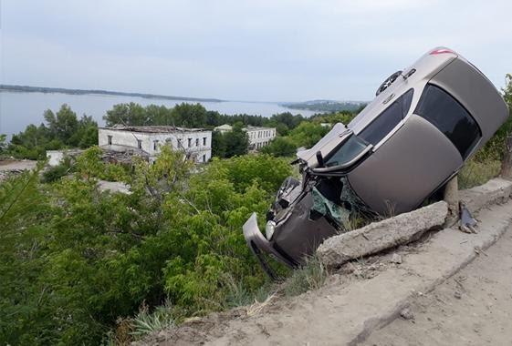 Кому-то ОЧЕНЬ повезло: после ДТП автомобиль повис на столбе перед обрывом