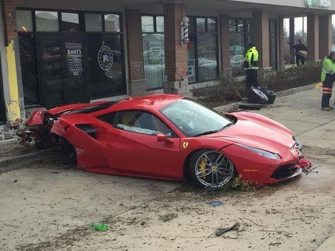 В США парень Ferrari 488 GTB въехал в парикмахерскую