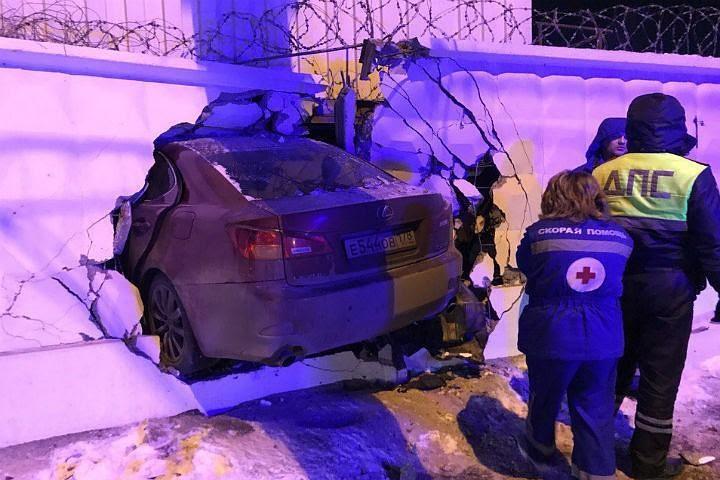 """Лексус"""" в бетоне: В Петербурге иномарка протаранила забор"""