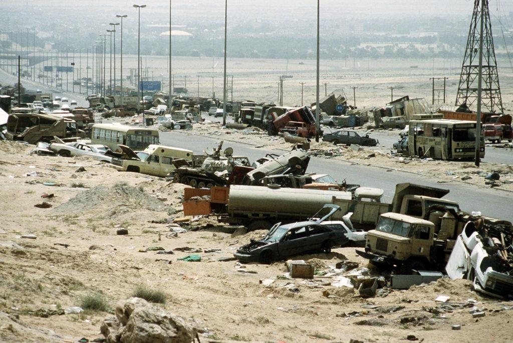 C:\Documents and Settings\Пользователь\Рабочий стол\ЗАКОНОДАВСТВО\Demolished_vehicles_line_Highway_80_on_18_Apr_1991.jpg