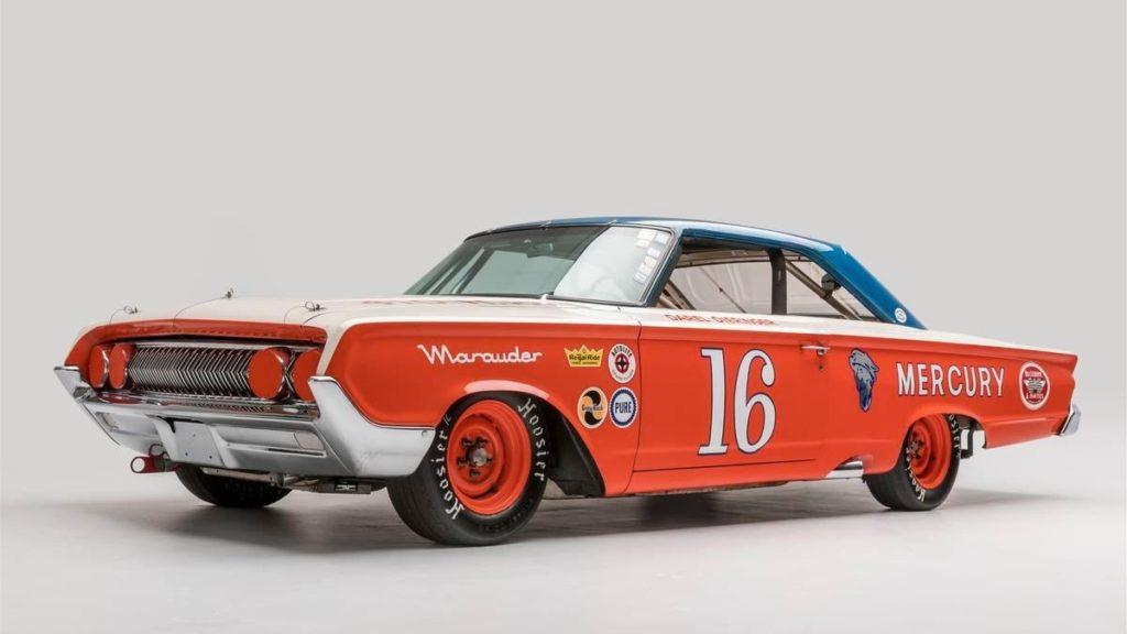 1964 Mercury Marauder. Модель Marauder (Мародёр) концерн Ford представил в конце 1963 года – это была наиболее мощная модификация полноразмерных автомобилей Mercury, её 6,3-литровый V8 развивал 353 л.с. Несмотря на размеры, у «Мародёра» тоже была гоночная версия – Парнелли Джонс гонялся и на таком автомобиле.