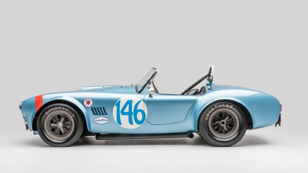 1964 Shelby Cobra 289 FIA. И, конечно, гоночная история Калифорнии немыслима без творений Кэрролла Шелби. В экспозиции выставки демонстрируется Cobra в спецификации FIA для европейских гонок. Для соответствия регламенту ей установили более наклонное стекло, другую светотехнику и изменили форму багажника. На такой машине в 1964 году Дэн Герни установил рекорд круга на гонке Targa Florio. Правда, финишировать он смог только восьмым.