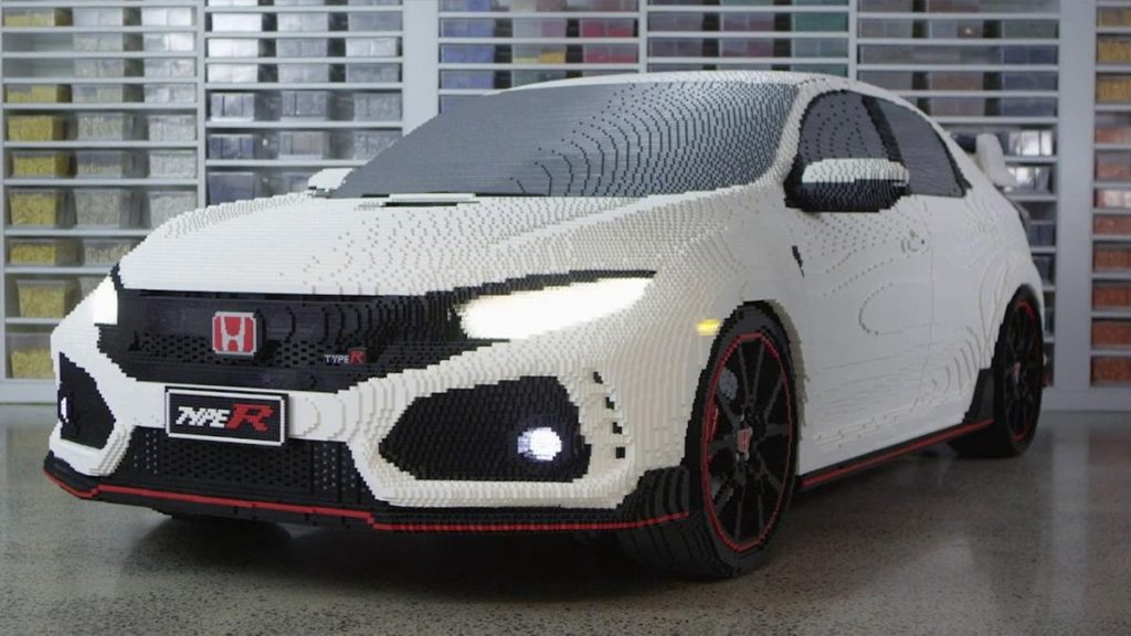 Honda Civic Type RНе отстаёт по проработке деталей и Civic Type R. Конечно, ведь на него ушло 1300 человеко-часов! У машины работают фары, фонари и указатели поворотов, которые можно включать через приложение на планшете. Сборку осуществляли 9 человек, в автомобиле использовано более 320 тысяч кирпичиков. А ещё тут стальная рама, обеспечивающая конструкции дополнительную жёсткость.