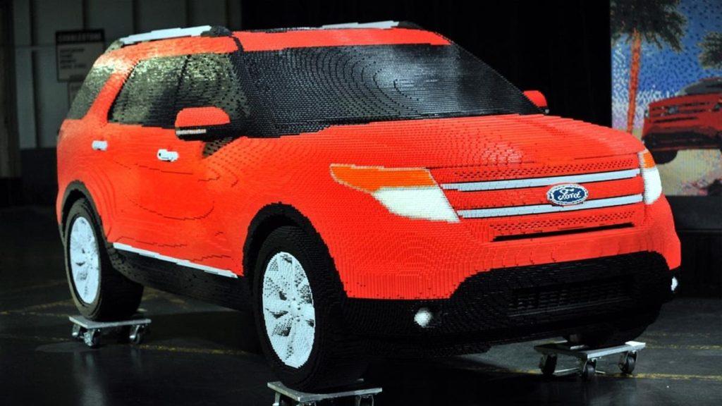 Ford ExplorerПо количеству макетов, созданных из популярного конструктора, марка Ford впереди планеты всей. Причём даже такие заурядные модели, как Explorer, находят полномасштабное воплощение в пластике! На ярко-алый кроссовер 22 дизайнера потратили примерно 2500 часов и 380 тысяч деталей. Получилась очень точная копия массой 1203 килограмма.
