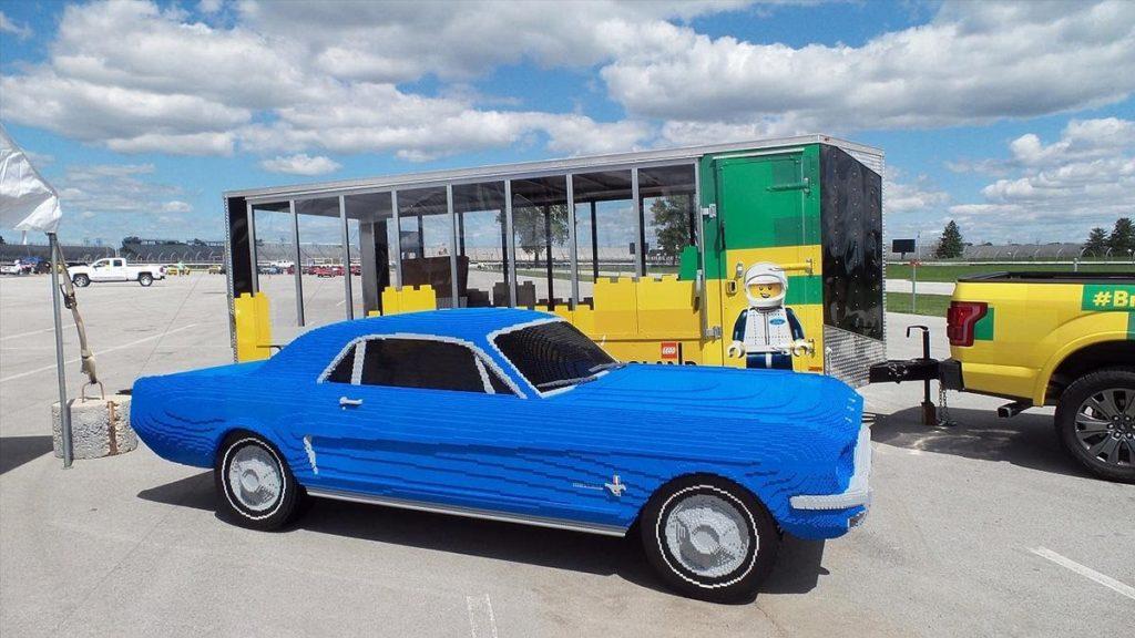 Ford MustangОригинальный Mustang ощутимо меньше «Эксплорера», поэтому его пластиковый брат-близнец получился и более лёгким, и менее затратным по материалам: хватило «всего лишь» 194 900 кубиков, которые в сумме весят 776 килограммов. Небесно-синий Mustang умеет светить фарами, имитировать звук двигателя V8 (под капотом установлены динамики) и сигналить клаксоном. Достойны упоминания модели Ford GT и GT40, но они изготовлены в масштабе 1:3, поэтому и вспоминаем их вскользь.